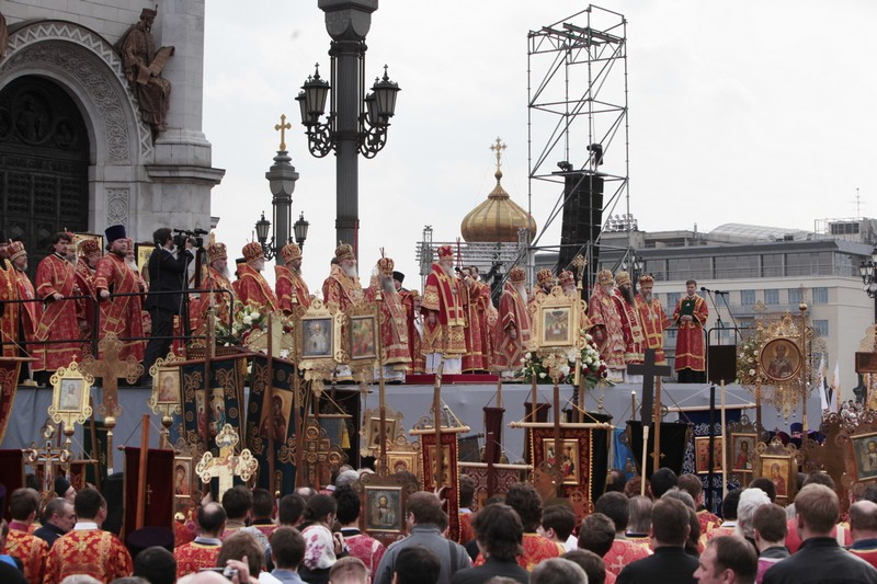 More than 65,000 come to pray in defense of faith (16)