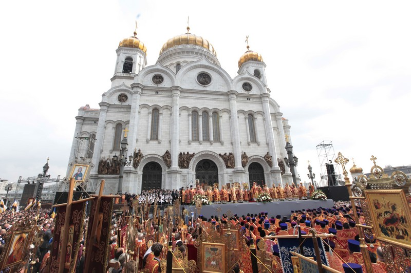 More than 65,000 come to pray in defense of faith (14)