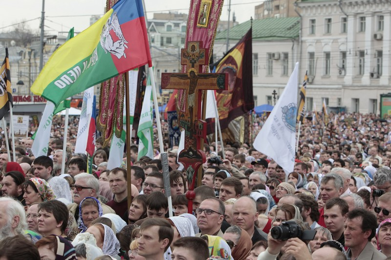 More than 65,000 come to pray in defense of faith (12)