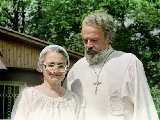 Fr. Alexander Men with Sophia Rukova, one of his closest assistants. June 24, 1988. Novaya Derevnya.