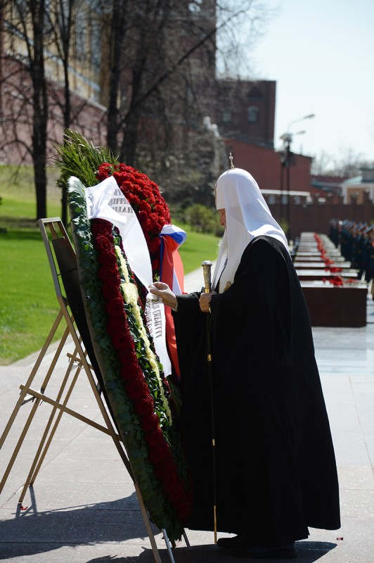 Patriarch Kirill places a wreath at the tomb of the Unknown Soldier outside the Moscow Kremlin on May 8, 2013