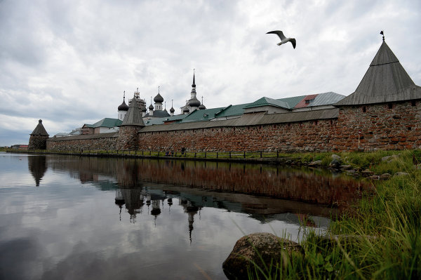 The pentagonal monastery compound is surrounded by massive walls standing 8-11 meters high and 4-6 meters thick with seven gates and eight towers, built in 1584-1594 by an architect named Trifon. The 1,085-meter-long walls are made of huge stones up to five meters in diameter.
