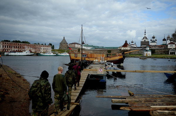Pilgrims wishing to visit the Solovetskiye Islands are advised to go there during the June 1 – September 30 navigation season, when the monastery can be reached by motorboat.