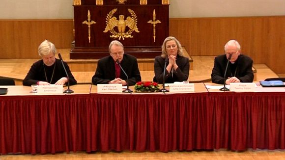 Finance Minister Jutta Urpilainen and clergymen on Tuesday on a panel for a discussion of the ethics of the economy. Photo: Yle