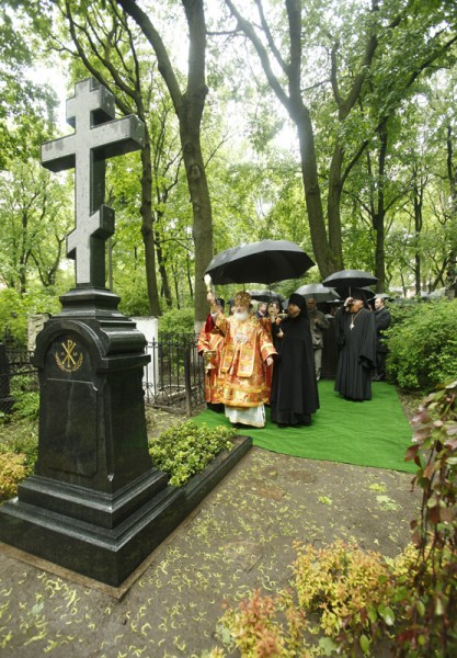 Dedication of gravestones of A. I. Denikin, I. A. Ilyn, and I. S. Shmelev at the cemetery at Donskoi Monastery.