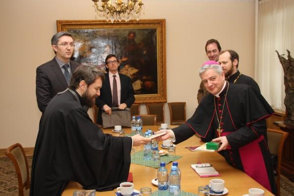 Metropolitan Hilarion meets French church and public figures