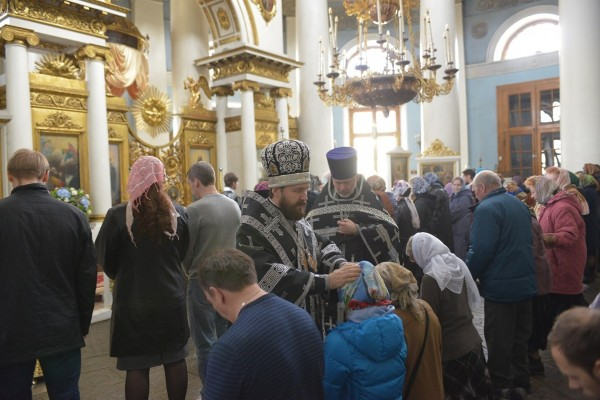 Metropolitan Hilarion administers the rite of reuniting those who temporarily fell away from the Orthodox Church