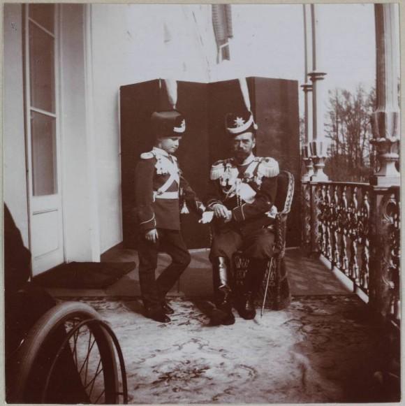 Цесаревич-Алексей-и-Император-Николай-II-на-балконе-Александровского-дворца-580x581