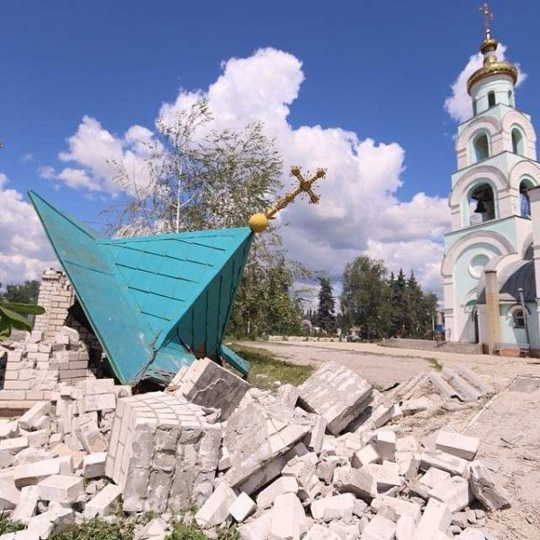 Ukrainian militants shell the church not far from Slavyansk