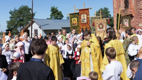 Hundreds of children kneel down to pray for peace in Ukraine in Yaroslavl monastery