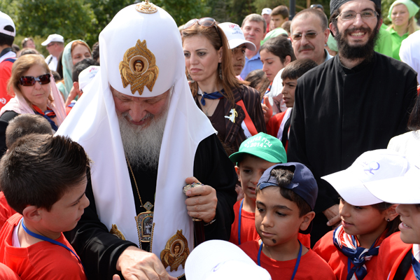 Patriarch Kirill presents toys to Syrian children