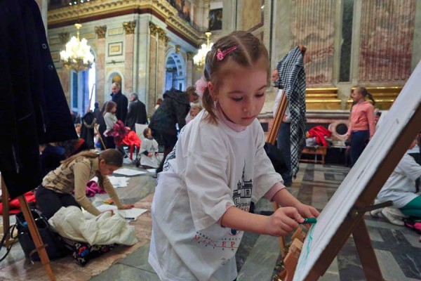 Hundreds of children to draw their guardian angel in the Moscow Cathedral of Christ the Savior