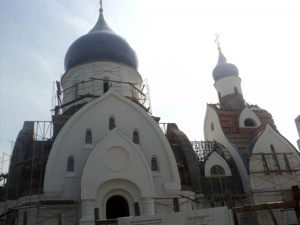 Residents in south Moscow voluntarily refuse parking lots to build a church