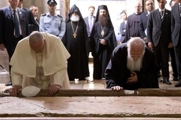 pope_patriarch_bowing