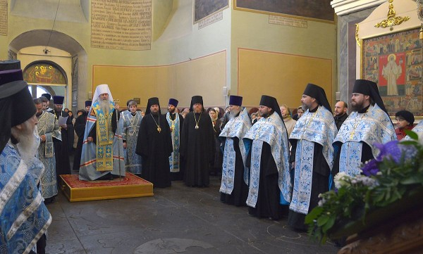 Primate of Orthodox Church in America prays at Donskoy monastery before the relics of his heavenly patron.