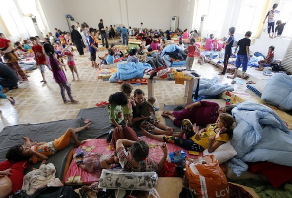 Iraqi Christian families fleeing the violence in the village of Qaraqush and Bartala, about 30 kms east of the northern province of Nineveh, are pictured at a community center in the Kurdish city of Arbil in Iraq's autonomous Kurdistan region, on June 27, 2014. Iraq's top Shiite cleric urged the country's fractious political leaders to unite and form a government to help see off advances by Sunni militants who have overrun swathes of territory. AFP PHOTO/KARIM SAHIB
