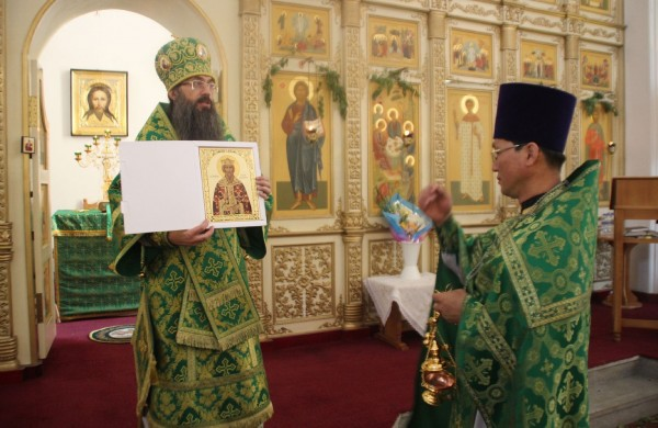 Bishop Innokenty donates icon of Prince Vladimir to Orthodox Church in North Korea