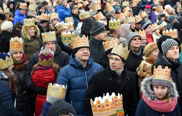 Spectators wear paper crowns as they watch the traditional Epiphany parade in Warsaw Jane Skarzynski/AFP