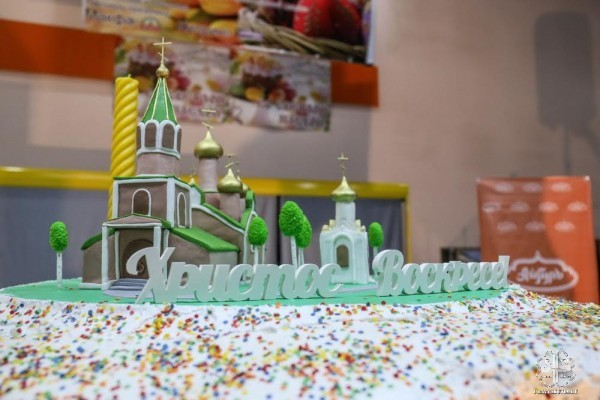 Diocese stands a 1.5 meter Easter cake decorated with a copy of the cathedral for Yakutsk residents to treat