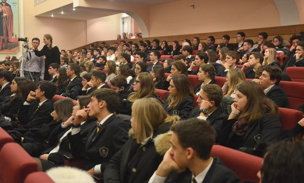 Metropolitan Hilarion meets with a large group of students from Italy
