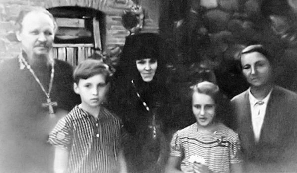 Father Mikhail Gundiaev, his son Volodia – the future Holy Patriarch Kirill, Abbess of the Piukhtitsy Convent Angelina (Afanasiev), his daughter Lena, Matushka Raisa, the 1950s