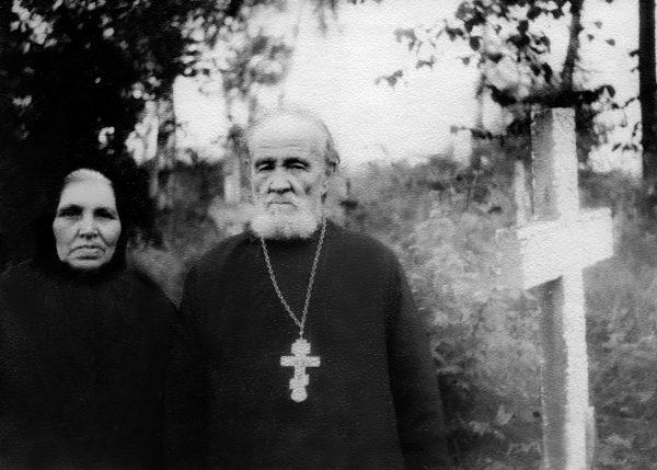 Priest Vasilii Gundiaev and his spouse Paraskeva Ivanovna at a cemetery in the Obrochnoe village, the 1960s
