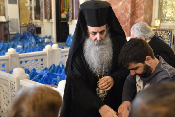"Metropolis of Piraeus Distributes 7,500 Christmas ""Parcels of Love"""