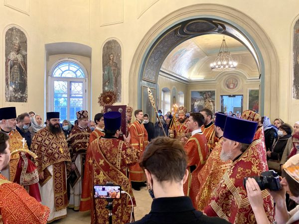 Metropolitan Hilarion of Volokolamsk Officiates Divine Liturgy at at the Moscow representation of the Orthodox Church in America